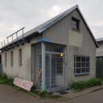 Budynek ze spadzistym dachem